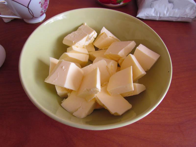 Для начала порежем сливочное масло небольшими кусочками